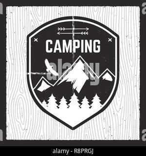 Camping Carte d'aventure. Explorer la montagne sauvage avec badge forêt, montagnes et de l'aigle. Beau cadeau pour les amateurs de plein air, pour t-shirt, mug, poster, d'autres l'impression. Vecteur d'actions isolées sur motif woods