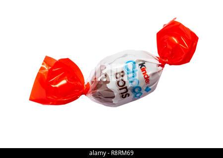 Lait et Choco-Bons Kinder chocolat au lait noisette fine mord avec une voie lactée - un remplissage noisette chocolat isolé sur fond blanc Banque D'Images
