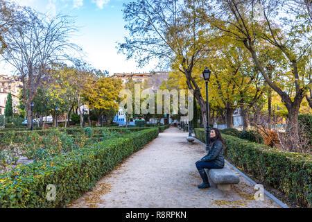 Jeune femme admirant les jardins de Tolède, près de Madrid en Espagne pendant l'hiver Banque D'Images