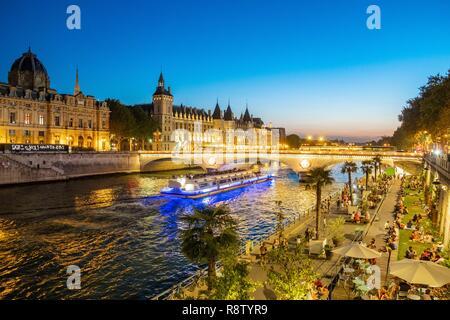 France, Paris, les bords de Seine classés UNESCO, Rives de Seine, Parc Paris Plage événement et la Conciergerie Banque D'Images