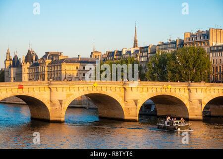 France, Paris, les bords de Seine classés de l'UNESCO, le Pont Neuf et la conciergerie, un bateau à l'arrière-plan Banque D'Images