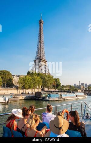 France, Paris, les bords de Seine classés UNESCO, circuit touristique par bateau en face de la Tour Eiffel Banque D'Images