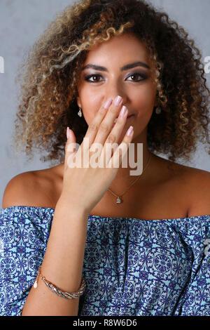 Un beau portrait de femme noire. L'émotion des tests