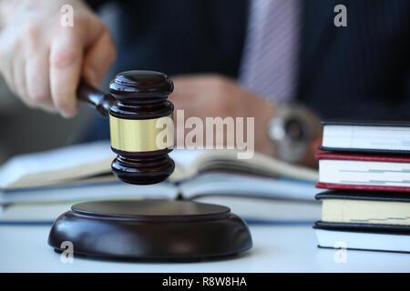 La juge se trouve le marteau à la main