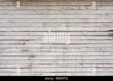 White old weathered wooden planks mur comme arrière-plan, grunge texture pattern avec rayures et peinture détails peel off Banque D'Images