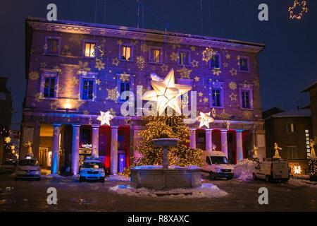 URBINO, ITALIE - Le 17 décembre 2018 Couleur: Repubblica square avec christas arbre dans le centre de Urbino dans la nuit Banque D'Images