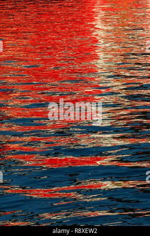 Réflexions à partir d'un navire jeter modèles intéressants sur l'eau image miroir sur l'eau.