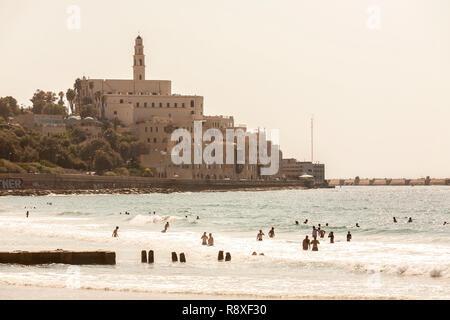 Tel Aviv, Israël - 9 septembre 2011: Vue de la promenade de Jaffa. Les gens se détendre sur la plage Tel Baruch à Tel Aviv. Banque D'Images