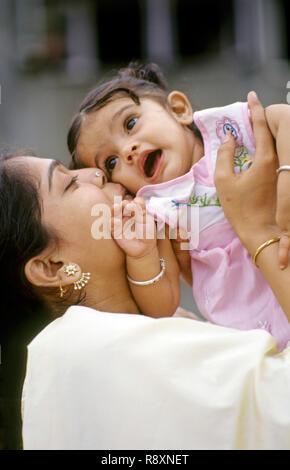Mère embrassant sur les joues de l'enfant M.#152 Banque D'Images