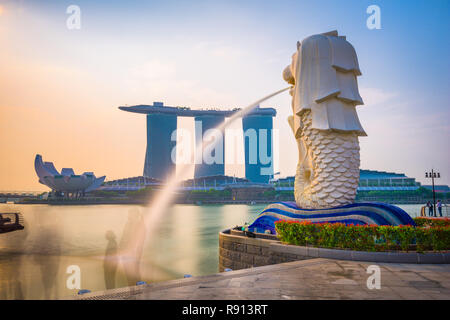 Singapour - septembre 3, 2015: la fontaine et la statue du Merlion Singapour. La statue est considérée comme la personnification de Singapo