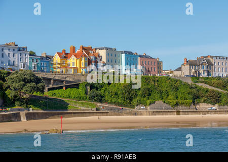 Maisons colorées au-dessus du port et plage du nord à Tenby, une ville balnéaire fortifiée dans la région de Pembrokeshire, Pays de Galles du Sud, de la côte ouest de la baie de Carmarthen