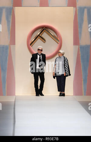 ... MILAN, ITALIE - 21 SEPTEMBRE   Designer Karl Lagerfeld et Silvia  Venturini Fendi reconnaissant les 0d696de1c67