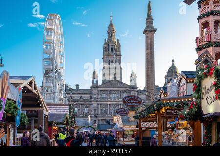 Glasgow, Scotland, UK - 14 décembre 2018: à la recherche de plus de George Square à Glasgow et le marché de Noël à la place de l'approche de Noël. Banque D'Images