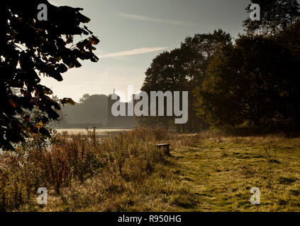 Silhouette de Blickling Hall, Norfolk, UK, avec la brume atmosphérique planant au dessus du lac Banque D'Images