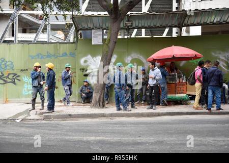 Les travailleurs de la construction d'Amérique du Sud en prenant une pause café à la construction d'un lieu de travail au centre-ville de Bogota. Banque D'Images