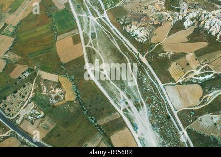 High angle view. Vue aérienne de l'les routes, les maisons, les montagnes et les champs de la Cappadoce en Turquie Banque D'Images