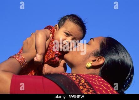 Mère embrassant bébé, woman kissing enfant, Inde Banque D'Images