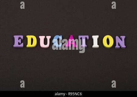 """Concept de l'éducation - texte """"Éducation"""" de lettres en bois sur fond noir Banque D'Images"""