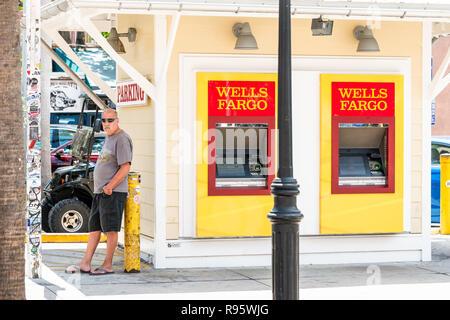 Paris, France - 1 mai 2018: Wells Fargo Bank branch machines atm avec le rouge, le panneau jaune, l'homme, la personne, les gens standin on sidewalk de Duval Street sidew Banque D'Images
