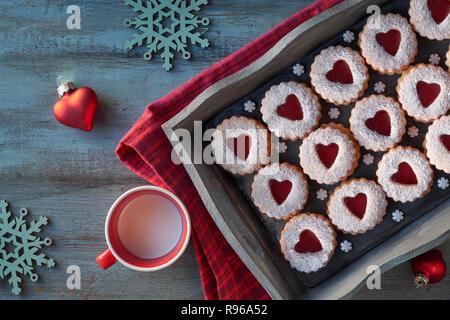 Vue de dessus les biscuits Linzer traditionnel avec contre-coeur rouge sur fond noir. Ou Noël traditionnel Saint-valentin délicieux en-cas.