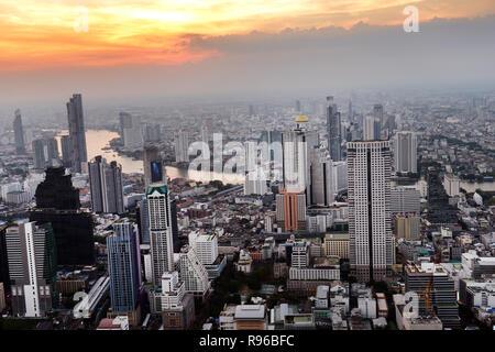 Coucher de soleil sur la rivière Chao Phraya avec de belles vues sur la ville de Bangkok.