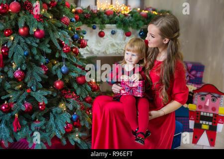 a445a706ea8cc ... Joyeux Noël et bonnes fêtes Maman et fille décorer l'arbre dans la  chambre famille