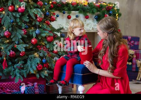 9067fd0330030 Joyeux Noël et bonnes fêtes Maman et fille décorer l'arbre dans la chambre  famille