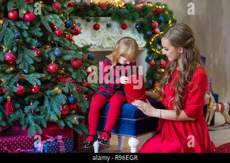 ef5db02352f42 ... Joyeux Noël et bonnes fêtes Maman et fille décorer l arbre dans la  chambre famille