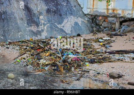 Cette photo choquante montre la plage jonchée de plastique totalement de Hua Hin en Thaïlande. Ce sont les plages de la Thaïlande terre d'origine d'ordures Banque D'Images