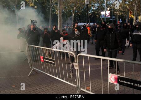 21 Décembre, 2018 de Barcelone. Militants Catalan en faveur de l'indépendance protester devant le bâtiment de la 'Llotja de Mar' à Barcelone, où le conseil des ministres s'est réuni d'une manière extraordinaire. La réunion du Conseil des ministres aura lieu en Catalogne un an seulement après les élections régionales convoquées par le gouvernement précédent en vertu de l'article 155 de la Constitution. Charlie Perez/Alamy Live News