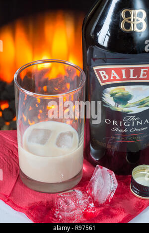 Une bouteille de Baileys Irish Cream avec un verre répandu Banque D'Images