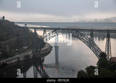 Vue éloignée sur la D. Maria Pia et Sao Joao de ponts, à Porto, Portugal pendant la matinée l'heure. Ciel nuageux. Banque D'Images