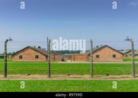 Clôture entourant les bâtiments résidentiels dans le camp de concentration Auschwitz-Birkenau utilisés par les Nazis pendant la Seconde Guerre mondiale, Pologne Banque D'Images