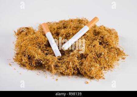Tabac de coupe à sec et deux cigares faits à la main sur heap isolé sur fond blanc. De haute qualité séché pour fumeurs de tabac et l'usage personnel. Close up Banque D'Images
