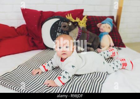 Parmi les jouets mous bébé assis sur une étagère, des nouveau-nés la photographie. Banque D'Images