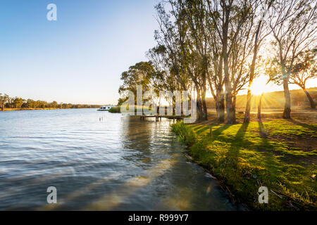 Lever du soleil à Kroehns l'atterrissage sur la célèbre rivière Murray. Banque D'Images
