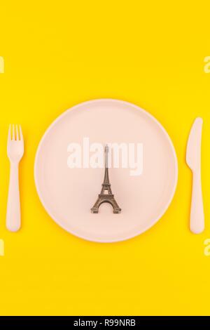 Petit tour Eiffel en plastique servant de plaque symbole d amour de la  table copie 0005f5c1ec6