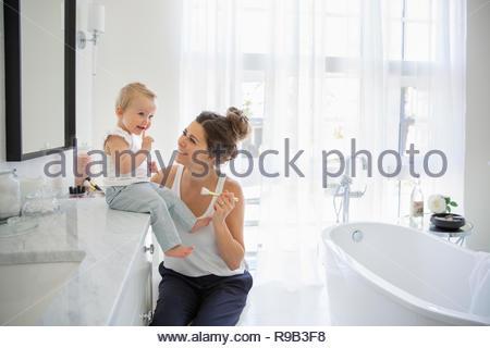 Mère et fille de bébé dans la salle de bains Banque D'Images