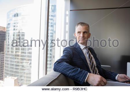 Certain woman fenêtre bureau urbain Banque D'Images