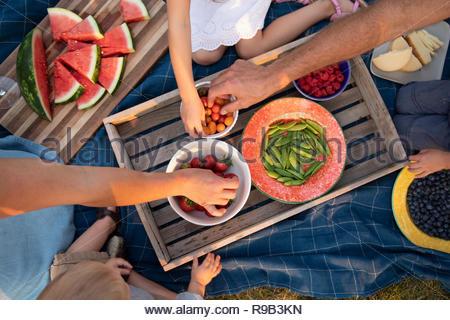 Vue du dessus de pique-nique en famille, manger des fruits et légumes Banque D'Images