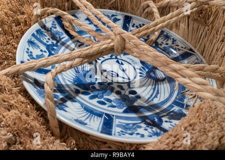 Nagasaki, Japon - 22 octobre 2018:Arita japonais bleu blanc porcelaine plaque COV 17e C décoré dans un style chinois Kraak avec logo de la Dutch East I Banque D'Images