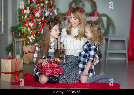 c2dc3dceb1222 Super cute blonde mère mère de deux filles filles célébrant Noël Nouvel An  près d