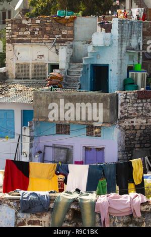 Vue rapprochée de certains toits avec des vêtements en train de sécher dehors dans la ville bleue de Jodhpur, Inde.
