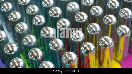 L'oxyde nitreux cannisters vide reflétant couleurs psychédéliques: cylindres de métal contenant de l'oxyde nitreux, utilisé pour la crème à fouetter, mais aussi comme un cadre juridique