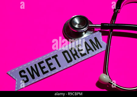 Sweet Dream Sur le papier avec les soins de concept. Avec stéthoscope sur rose bakcground Banque D'Images