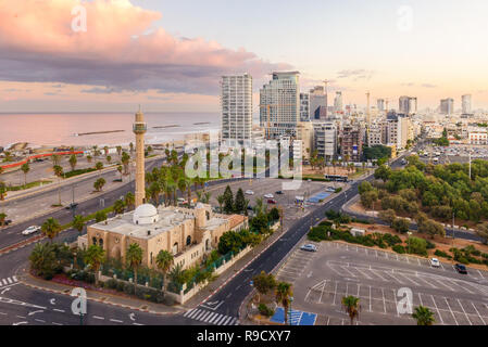 Le centre-ville de Tel Aviv en Israël à l'aube. Vue aérienne des bâtiments le long de la mer Méditerranée, avec une mosquée dans l'avant-plan Banque D'Images