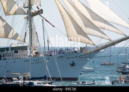 Une flottille de bateaux dans Falmouth pour le départ des Grands Voiliers, sur le chemin de Greenwich. Banque D'Images