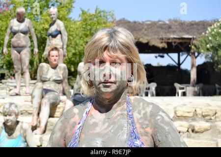 Touriste des traînées dans la boue au bain turc, bain de boue Banque D'Images