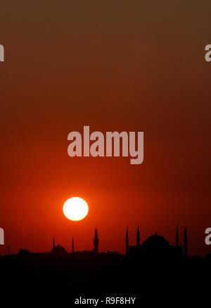 Au coucher du soleil et de la péninsule historique Hagia Sofia, Istanbul, Turquie. Cette photo a été prise du quartier de Kadikoy. Banque D'Images