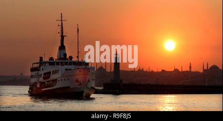 Pendant le coucher du traversier et péninsule historique, Istanbul, Turquie. Cette photo a été prise du quartier de Kadikoy. Banque D'Images